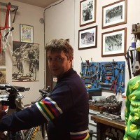 In officina, al lavoro sulla bici del giovanissimo Costalla, ligure vincitore della categoria G6