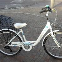 """Venus 24: leggera e molto pratica. Il telaio con l'entrata bassa rende questa bici molto maneggevole. Disponibile sia con ruote da 24"""" sia con ruote da 26"""". Cambio Shimano, manettino Revo, ruote libera Shimano. Disponibile in vari colori"""