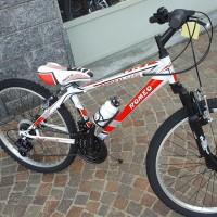 """La Vrt è una bici in acciaio, disponibile sia con ruote da 24"""", sia con ruote da 20"""": forcella ammortizzata molto buona. Cambio, manettini e ruota libera Shimano. Scorrevole e resistente."""